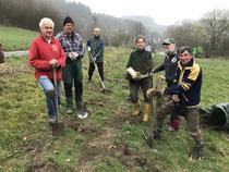 Gummersbacher Naturschützer bei der Anlage einer Hecke (nabu)