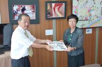 署名と「私の一言」を教育長に手渡す岩佐委員長