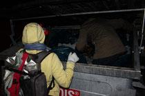 Um wirklich alle noch brauchbaren Lebensmittel aus dem Container zu retten, geht es auch mal bis tief in den Container hinein. (c) Nina Borowski 2013