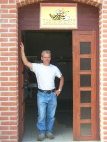 Meine Imkerei - Imker Silvio Krentz aus Serwest im Türrahmen