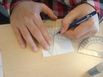 Een leerling van het Cosmicuscollege Rotterdam construeert een 'cel' van een eenvoudig mozaiek