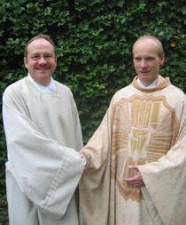 Pastoralreferent Thomas Schmitt (links) wurde am 23.9.2012 von Pfarrer Thomas Wollbeck als Mitarbeiter im Seelsorgeteam der Pfarreiengemeinschaft »Regenbogen im Bachgau« eingeführt. (Foto von Thorsten Rollmann)