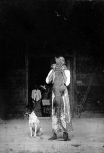 Javanischer Junge mit getötetem Bindenwaran (V. salvator), um 1918.