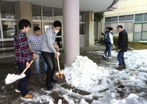 藤沢養護で雪かきに協力