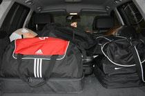 Begleitfahrzeug gepackt und startklar ( Foto Sandra Koller)