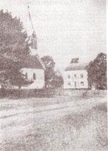 Crkva i župski stan u Žeravcu. Fotografija iz pedesetih godina 20. stoljeća