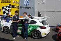 Manuel Fahnauer nach Rennen 1 im Gespräch mit seinem Betreuer Kris Heidorn