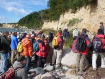 Karsten Obst erläutert das Kliffprofil an der SE-Seite der Greifswalder Oie (Foto: Christian Hoselmann)