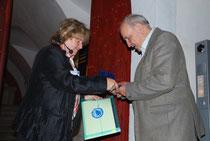 Margot Böse überreicht Charles Turner die Albrecht-Penck-Medaille (Foto: H. Koschyk)