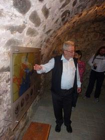 Foto 1: Ludwig Zöller erläutert in einer kleinen Ausstellung im Keller des Goldkronacher Schlosses die paläogeographische Situation zur Zeit des Muschelkalk in Nähe der Fränkischen Linie (Foto: C. Hoselmann).