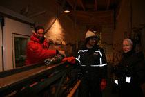 Christine Thiel (rechts) gemeinsam mit den Bohrtechnikern Simon Sheldon (links) und Trevor Popp (Mitte) nach erfolgreicher Probenahme im Drill Trench, NEEM-Camp, Grönland. Foto: A. Schmidt