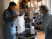 Denise Lambert (à gauche) du Bleu de Lectoure avec Annette Hardouin (AHPY-Atelier du Caillou gris)