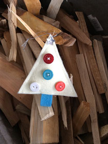 Weihnachtsschmuck auf Tannenholz