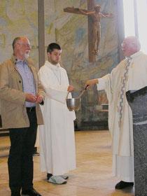 Im Gottesdienst: Pfarrer  Klaus Wüst verabschiedet Erich Misterek