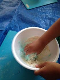 食べられる素材でつくる、赤ちゃんでも楽しめるねんど遊び