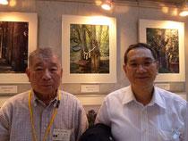 縁結びのカツラの写真の前で寺島町長と