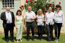 Ratsmitglied Katharina Hofmann (Dritte v. r.) erhält 500 € von der Leiterin der Theatergruppe Kirchlauter, Marieanne Baum (Zweite v. l.), für die IHADG