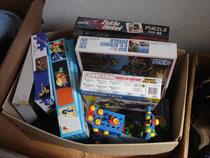 Hier nur einer der vielen, prall gefüllten Kartons mit Waren für die Kinder des Kinderdorfes