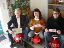 v. l.: Alfred Schuster (Leiter d. Kinderdorfes), Marieanne Baum (Mitglied d. Kirchenverwaltung) sowie Dominik Baum (IHADG-Gründer)