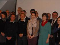 Ratsmitglied Fenja Jahn neben vielen anderen glücklichen Empfängern der Gewinnausschüttung