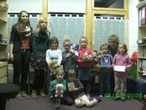 Die vorbildlichen Kinder, eingerahmt von den Ratsmitgliedern Jana Hümmer und Katharina Hofmann (l.) sowie der Leiterin des Kindergartens Frau Irmhilde Sauer (r.)
