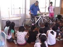 (株)シマノからミッションを受ける小学生
