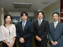 横須賀商工会議所の佐藤廣さん(右から2人目)。本事業の事務局を共に担う横須賀市教育委員会の指導主事(左から海野さん、北川さん、1人おいて溝口さん)と。
