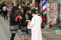 修学旅行先の盛岡で小樽グッズを配る中学生たち