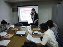 教員に向けて企業プログラムの特徴を開設するコーディネーター
