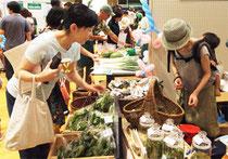 マーケットで野菜を売るみちる