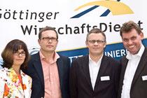 Anke Domanja, Ulrich Büchner (beide FLYnet), Sven Schulz (GöWD) und Andreas Bosk (Bosk Consult) vor dem Info-Stand des Göttinger WirtschaftsDienstes.