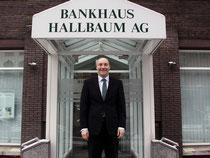 Ist dem Bankhaus seit 1999 verbunden: Filialdirektor Martin König vor der Hallbaum-Filiale in der Theaterstraße.