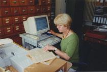 Waltraud Sahn, Gründungsmitglied und derzeitige Schatzmeisterin, bei Eingabearbeiten von Dokumenten der Wossidlo-Sammlung.