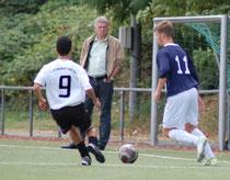 Kevin Böhm unter den Augen des Coach Thomas Janson setzt sich durch und erzielt den Siegtrreffer