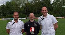 Trainer Mike Hoffmann (li.) und Teammanager Matthias Schmelz (re.) freuen sich über Neuzugang Dennis Baum (Mitte)
