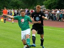 Oliver Stöhr behauptet den Ball gegen den angreifenden KSV-Akteur