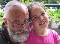 Opa Rolf mit Enkelin