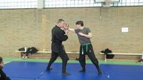 Shidoshi Ulrich Brömmelhaus unterrichtet Tanto Jutsu