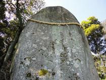 岩上神社の神籠岩(ひもろぎいわ)