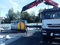 Rimini gru noleggio camion gru per scarico e montaggio insegna nuovo punto vendita LIDL di Rimini