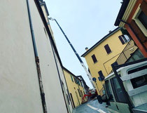 Rimini gru noleggio piattaforma aerea ragno 43 metri cingolata per intervento al campanile nel centro storico di Sogliano sul Rubicone provincia di Forli Cesena