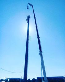 Rimini gru Ragno 43 metri con vericello per montaggio pennone telefonia a Forlì