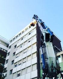 Rimini gru noleggio camion gru per scarico macerie dal nono piano dell'ospedale di Rimini