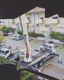 Rimini gru noleggio piattaforma aera 44 metri sbraccio 28 per intervento di manutenzione a condominio