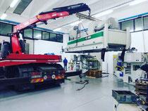 Rimini gru bilico con gru per scarico e posizionamento macchinario