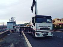 Rimini Gru Bilico con semirimorchio ribassato e gru per trasporto e posizionamento carrello telefonia a Roma