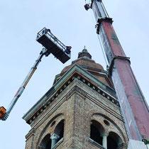 Rimini gru noleggio autogru e piattaforma aerea per messa in sicurezza croce del campanile del Duono di Rimini