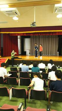 佐川大輔先生から演技指導を受ける生徒たち