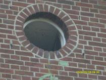 """Das Bild soll das symbolische Guckloch darstellen, für alle die einen letzten Blick auf`s Kinderdorf St. Joseph wagen wollen. Es handelt sich um das geöffnete Giebelfenster des Ursprungsgebäudes """"Villa van Ackern"""", in dem alles seinen Anfang fand."""