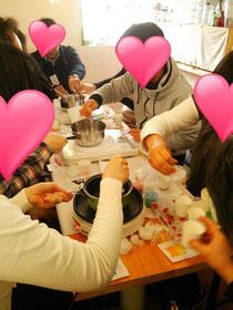 キャンドル作り、和気あいあい^^